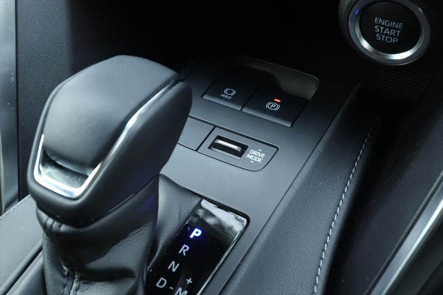 「新型ハリアー」ではシフトレバーの前方に「DRIVE MODE」のスイッチがある