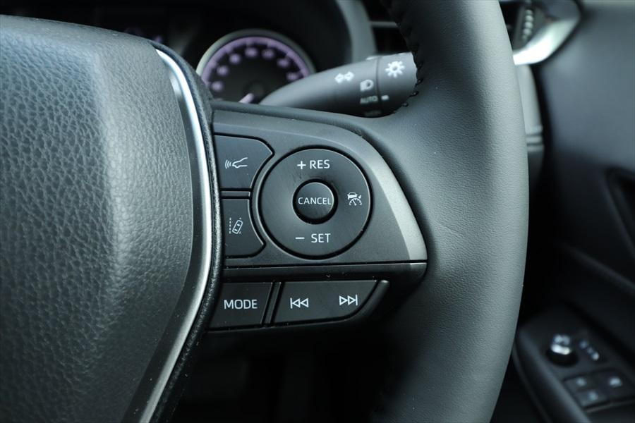 アダプティブ・クルーズ・コントロール(全車速追従付き)も装備。右ボタンで起動し、「SET」で追従走行スタート