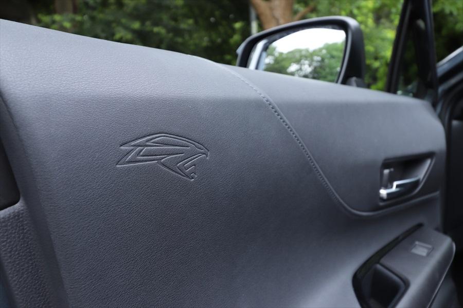 レザー調の素材で高級感は抜群。ドアには歴代ハリアーに使われてきたマークが入る