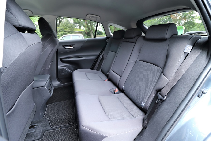クーペSUVながら後ろの席の頭上空間は十分に広い。足元スペースも余裕があり、ゆったり乗れる