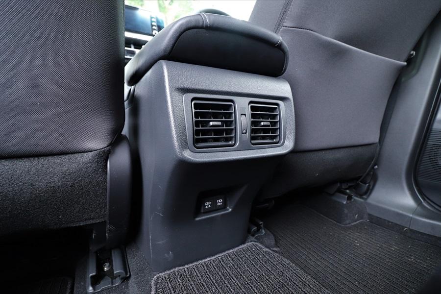 後ろの席に座る人のために2つのUSBソケットとエアコンの吹き出し口が設置されている