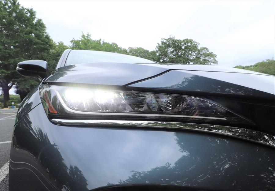 切れ長のヘッドライトはLEDで明るく、安全性を高めている