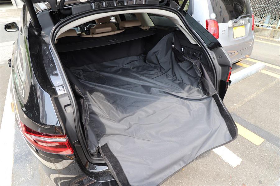 荷室にラゲッジカバーを装着しているのもアウトドア車両の特徴