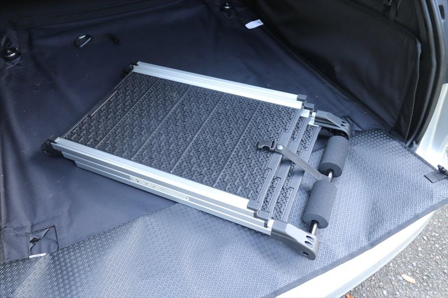 乗降用スロープはコンパクトに格納できるので、荷室内で場所を取らない