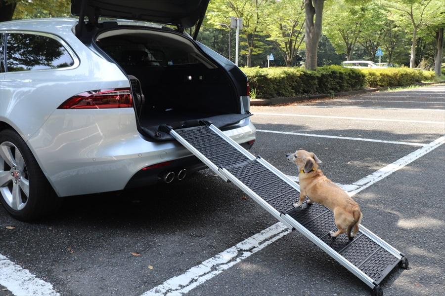 ペットが乗り降りしやすい乗降用スロープを搭載