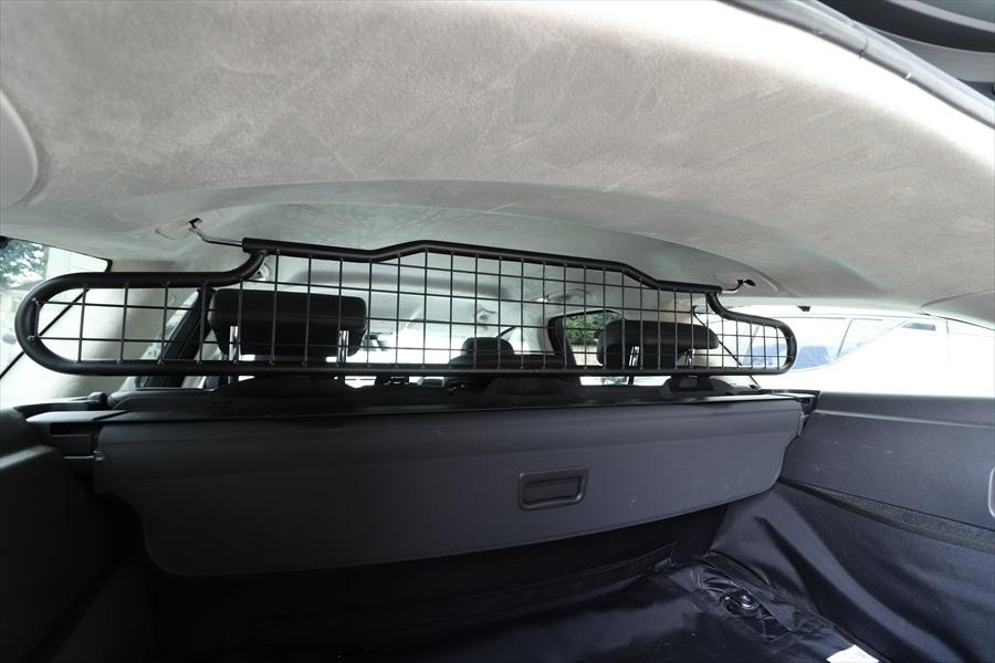 シートとの間にはパーティションも装備。すべてジャガーの純正ペット用アクセサリー