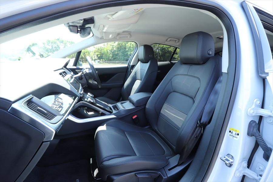 運転席/助手席シートは、リクライニングと上下の調整が手動式で、前後スライドのみ電動式