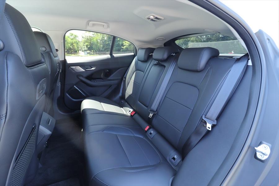頭上空間は少しタイトだが大人がゆったり座れる後席。座り心地のよさはさすが高級車