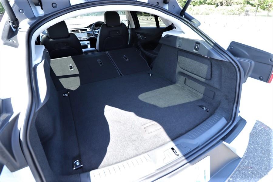 他のワゴンやSUVと同様、シートを倒して荷室の奥行きを拡大できる