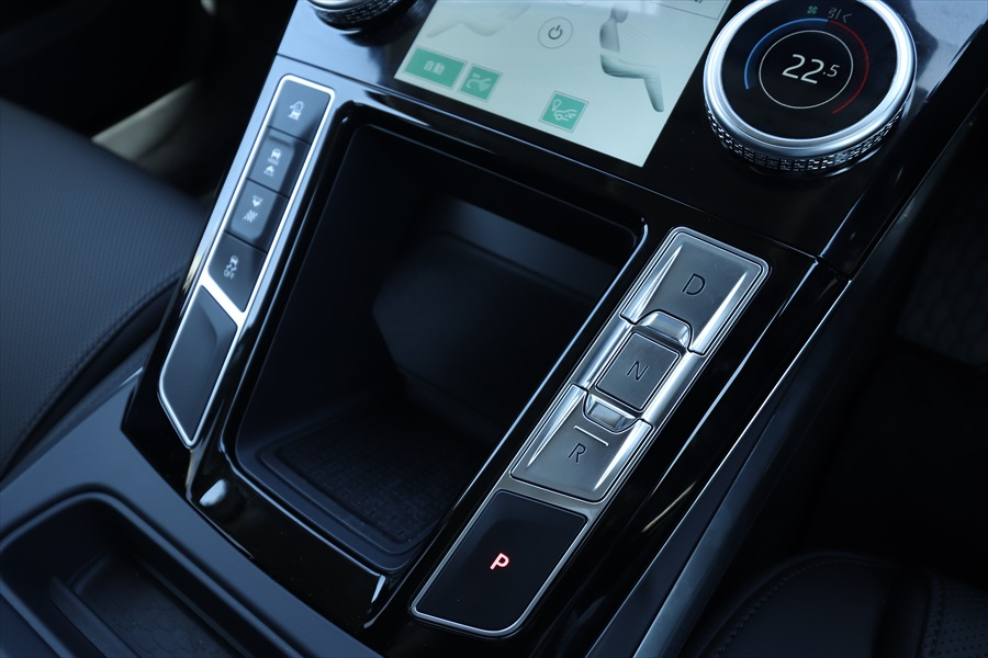 シフトはボタンで操作する。左の列はドライブモードなどを選択するボタン