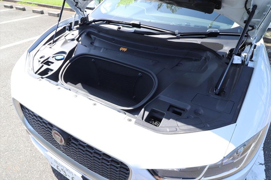ボンネットの中にも小さな収納があるのは、エンジンのない電気自動車ならでは
