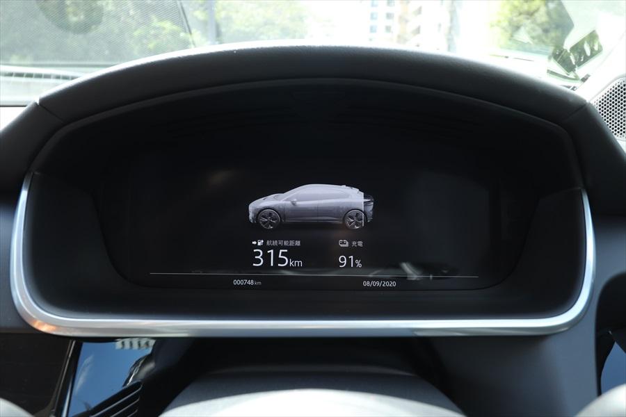 始動前に表示される航続距離とバッテリー残量