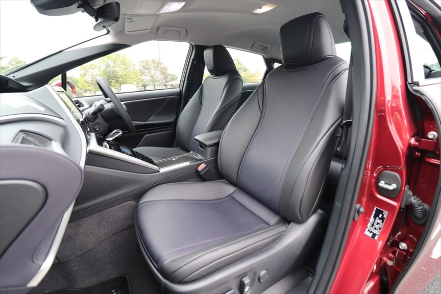 合皮のシートは座り心地良好。電動調整式でシートヒーターもついている