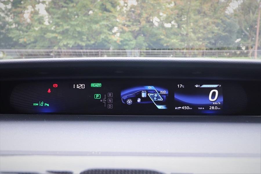 デジタルメーターも「プリウス」に似ていてシステムの状態などを表示する