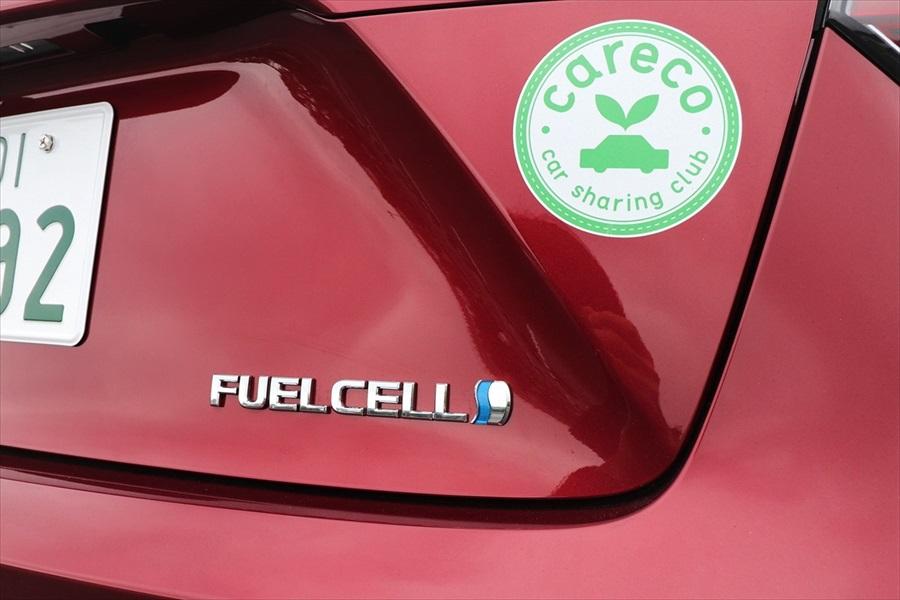 「FUEL CELL」のエンブレムがFCV(燃料電池自動車)の証