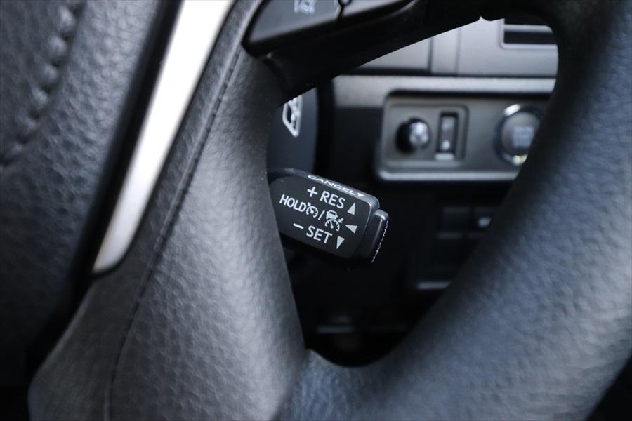 一部のトヨタ車はレバーで操作する。レバー先端にメインスイッチがある(写真はランドクルーザープラド)
