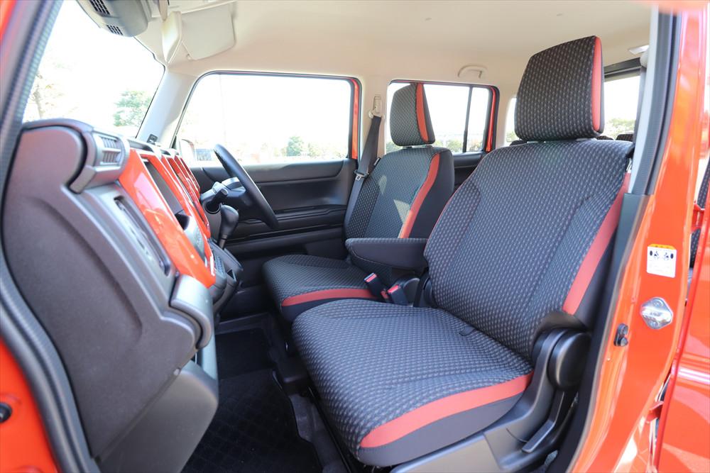 シートに座ってみると軽自動車とは思えない広さが感じられる