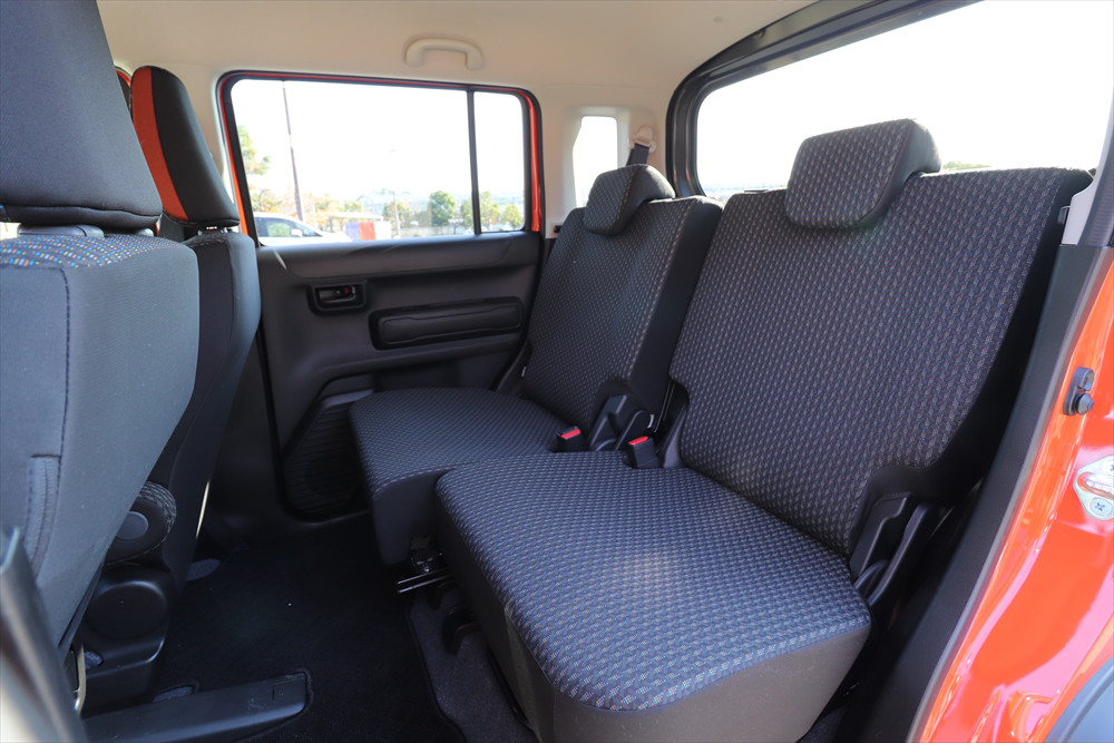 後席の足元空間は普通車以上。左右別々にスライドする