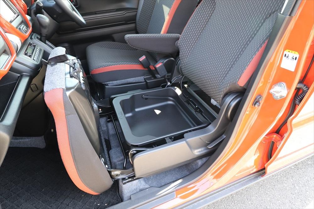 助手席シート下にも収納を配置