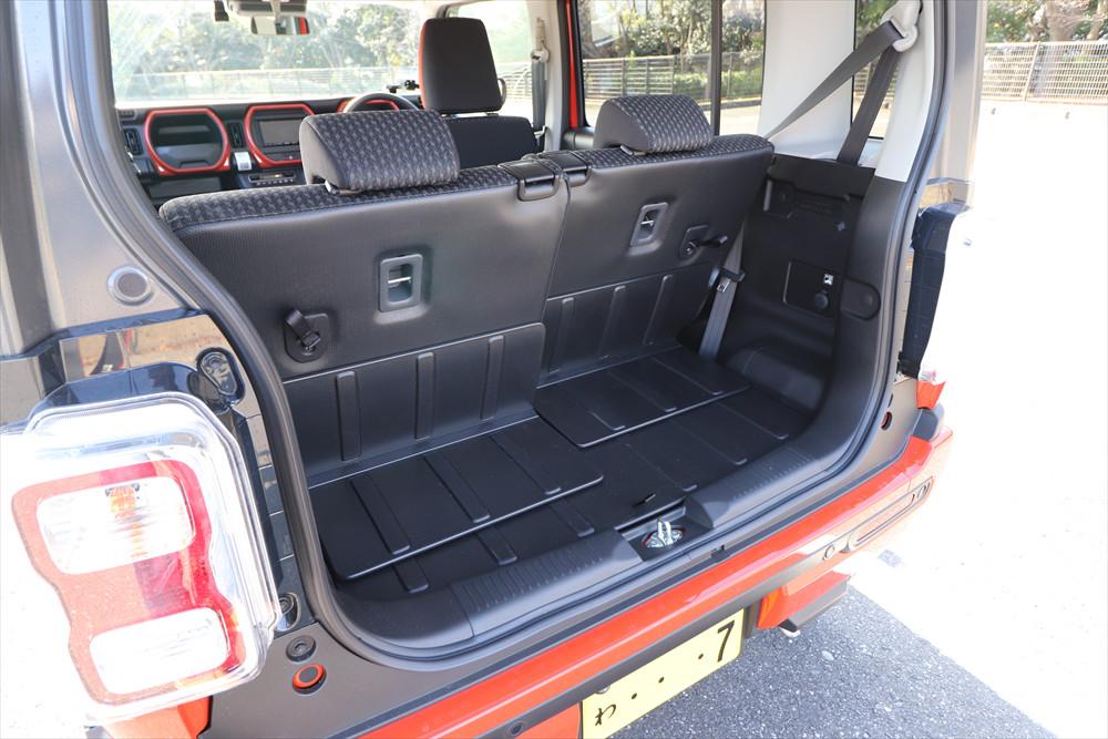 後席のスライドにより広さを調整できる荷室は、防汚素材が使われているためアウトドアにピッタリ