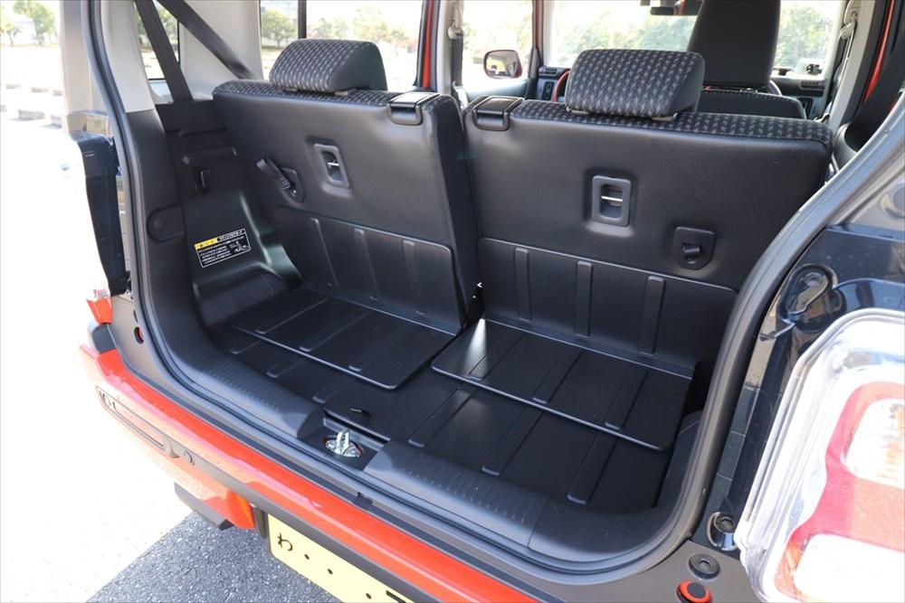 アウトドアに最適な防汚素材の荷室。スライド式の後席により広く使える