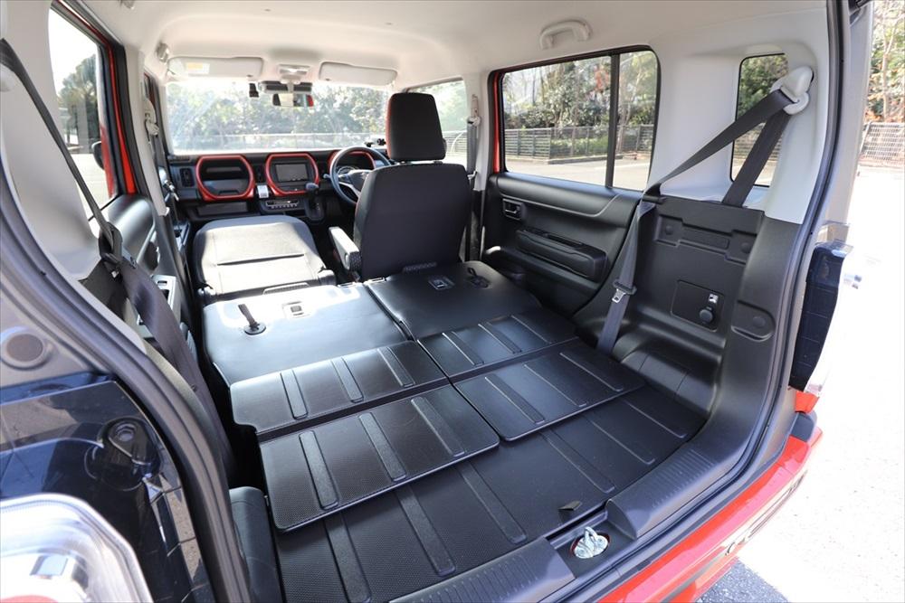 助手席を倒してフラットにすれば車中泊ができるスペースが現れる