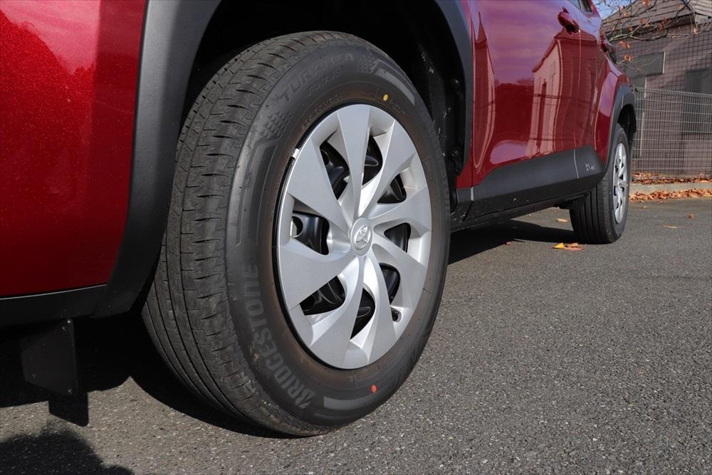 16インチホイールを採用した大径タイヤもSUVらしさを感じる部分。最低地上高は170mmと「ヤリス」より少し高め