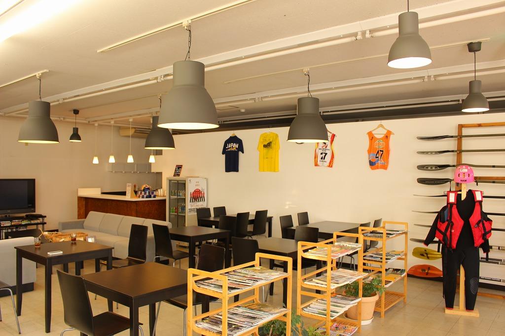 店内カフェは一般の方も利用可能。人気の青梅バーガーや店長こだわりのコーヒーがいただける