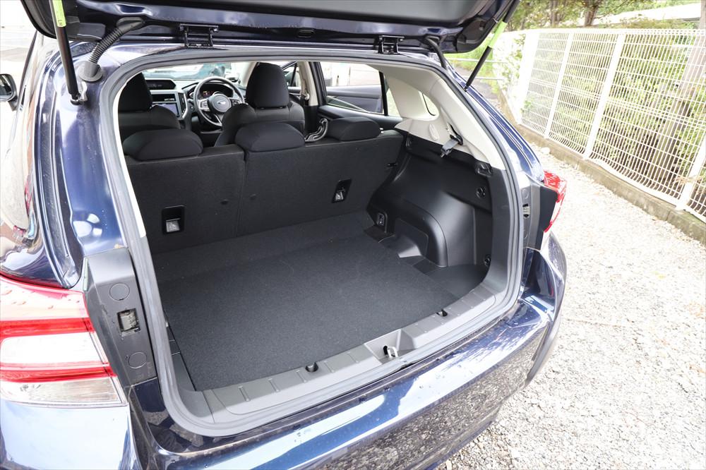 幅、奥行きともにたっぷりとした荷室は、シートを倒すとさらに拡大できる
