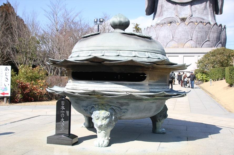 青銅製で胴回りが2m50cmもあるビッグサイズの香炉
