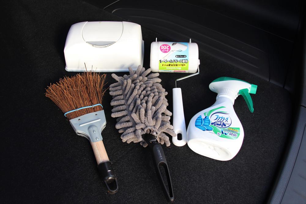 セット内容は、消臭材、ウェットシート、カーペット、ほうき、除菌スプレー