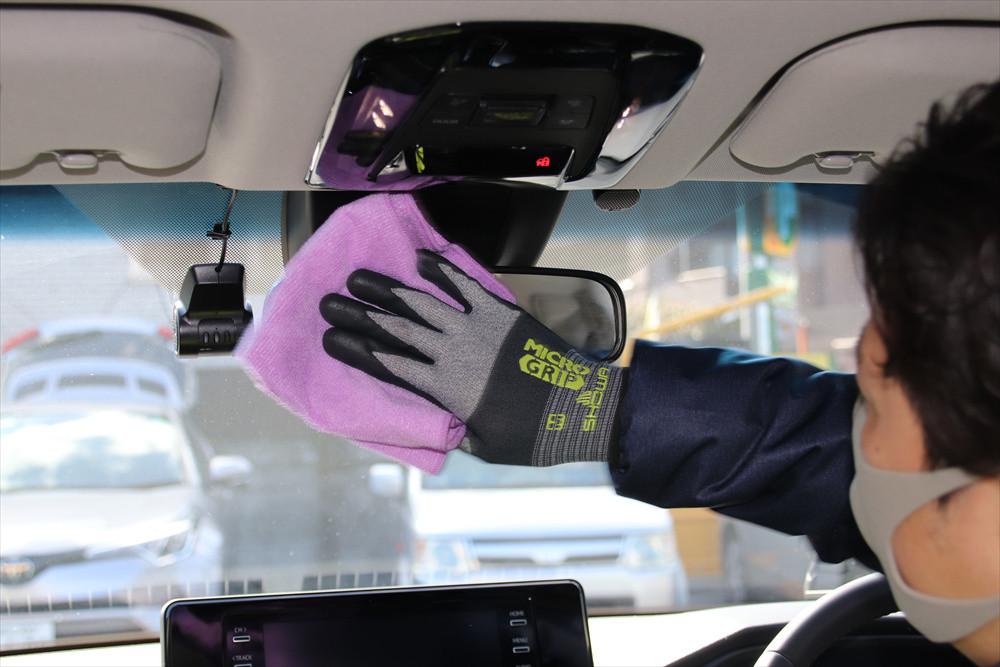 ルームミラーも手で触れる部分のひとつ。すべての窓ももちろん清掃する