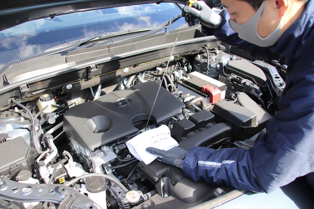 エンジンオイルやブレーキ液の量や状態なども確認する