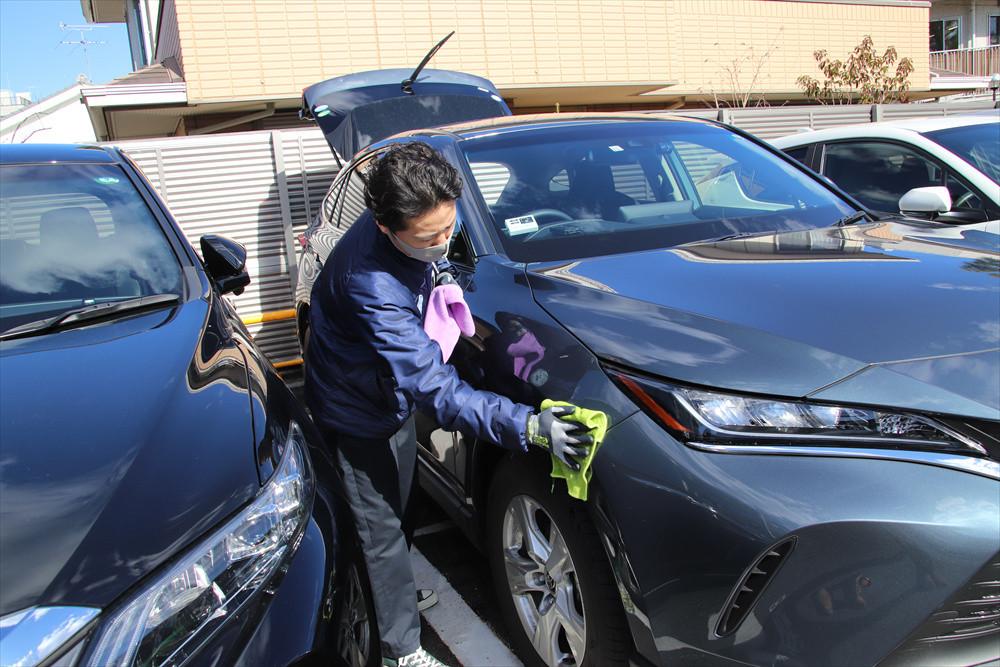 汚れが少ないときはその場で清掃。汚れがひどいときは洗車機も併用する
