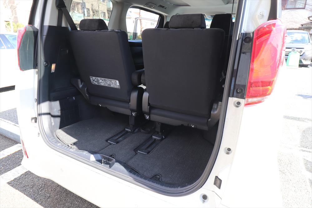 3列目のシートを前にスライドすれば、旅行鞄などが入る空間ができる