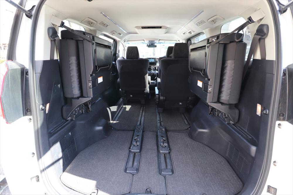 左右席を跳ね上げて2列目シートを前に出せば、これだけの空間に