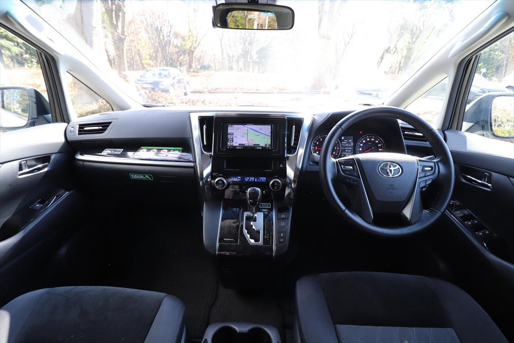 幅もたっぷりした運転席まわりは、収納スペースも多数。シルバーの装飾パネルが印象的