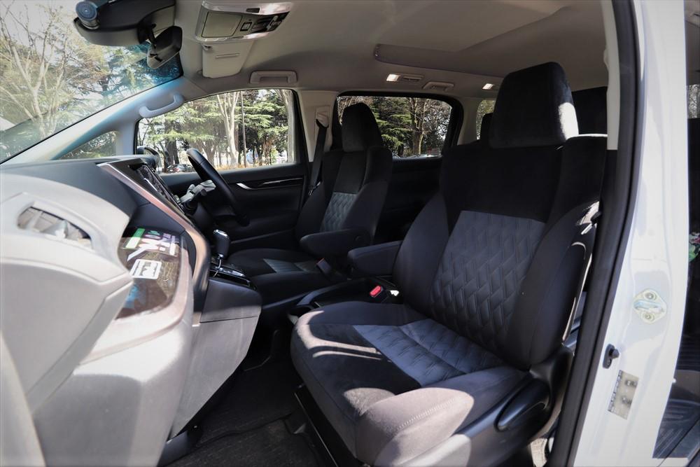 運転席と助手席の間も広くとられており、シートもサイズがゆったりしていて快適