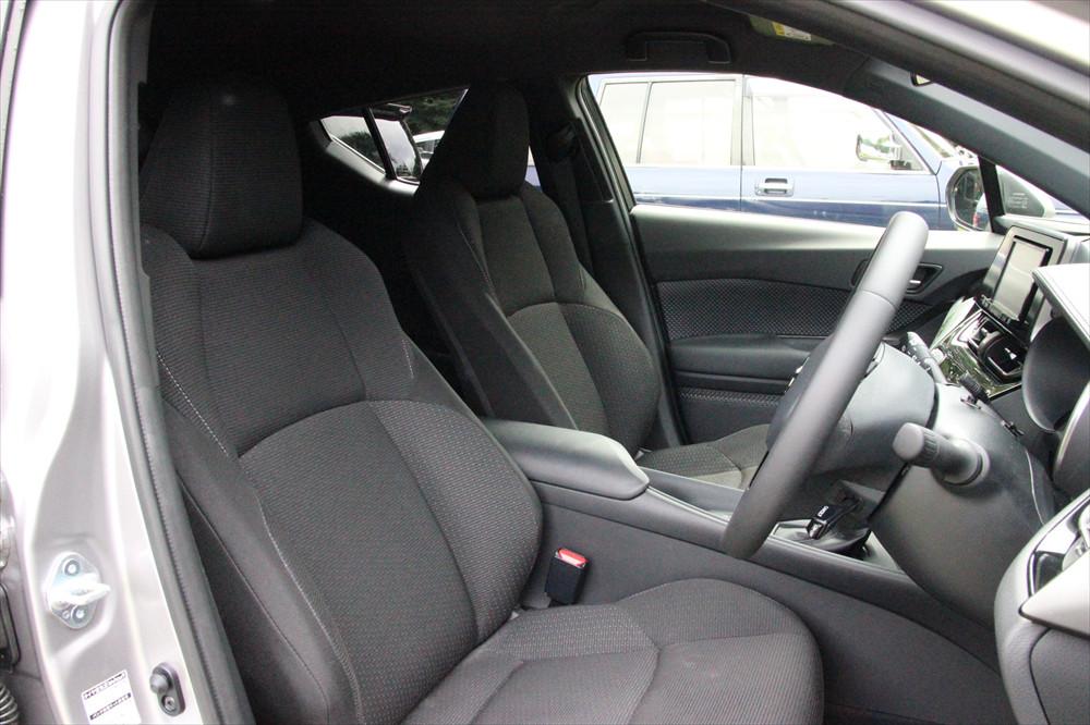 長距離のドライブやカーブの多い道でも快適な前席