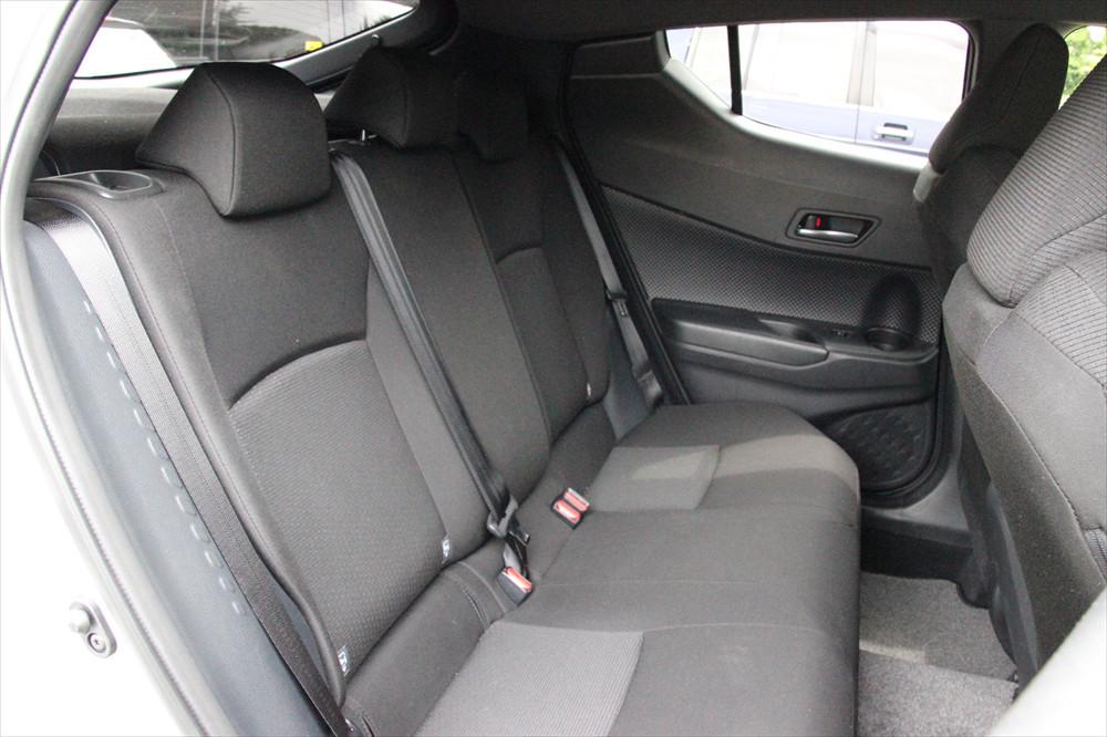 後席は、窓が小さく屋根も低めだが、足元はゆったりしていて十分な広さがある