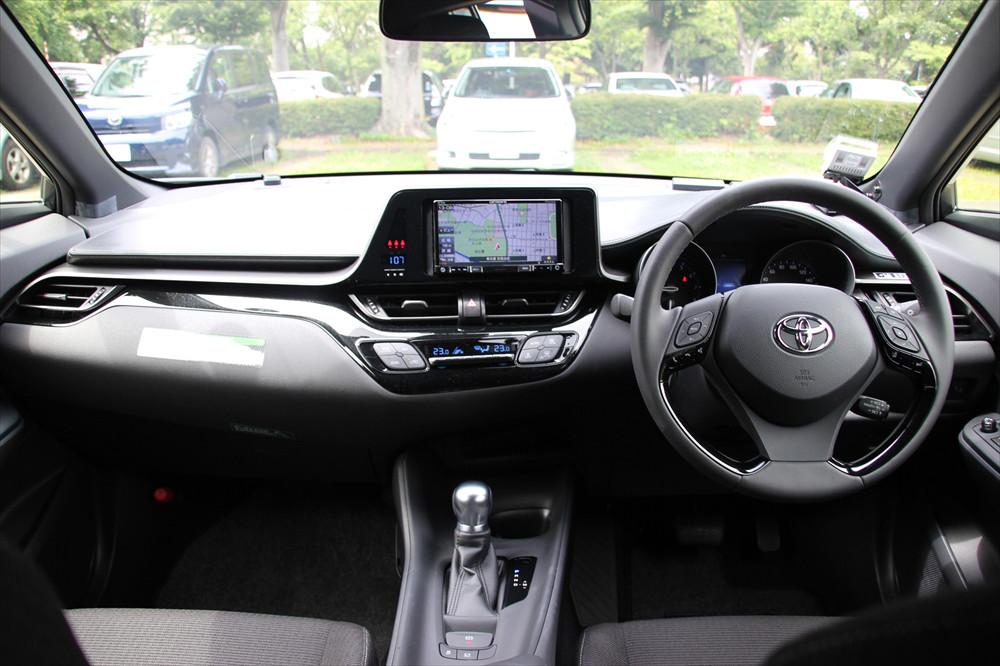 インストルメントパネルは運転中に操作しやすいように、運転席側に向いている