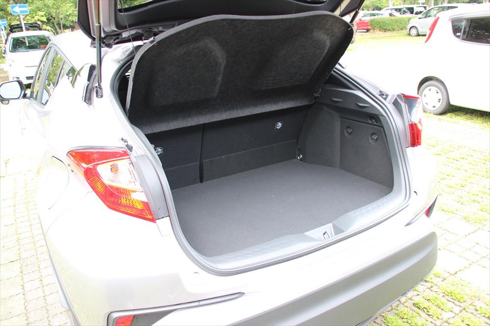 荷室も小旅行なら十分な容量があるが、床面が高く、高さはあまりない