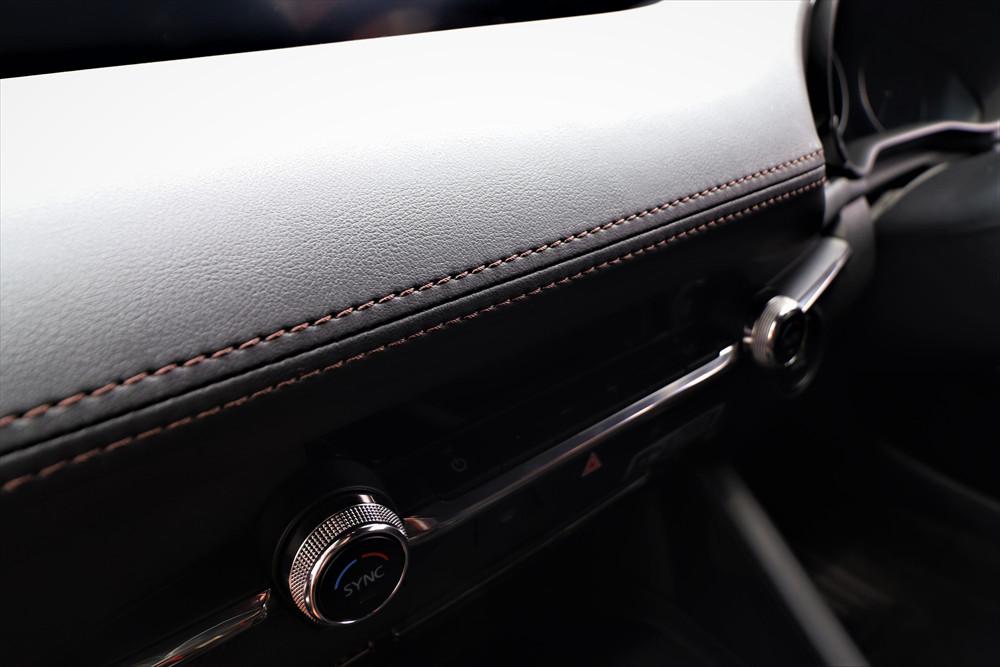 レザー調の素材にステッチが施されていて、質感はまるで高級車