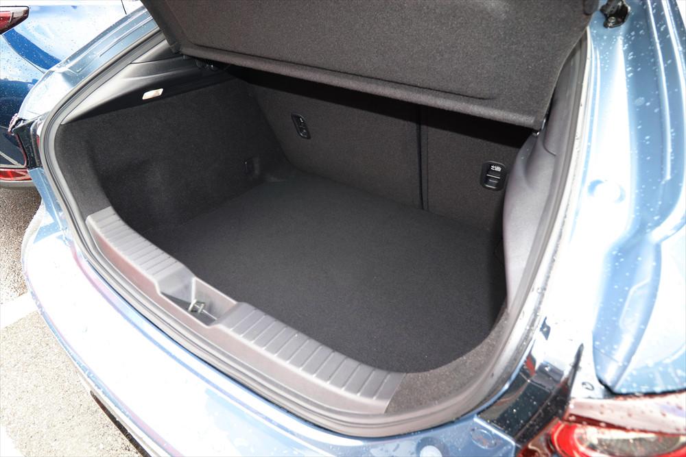 荷室は敷居や床面が高く、SUVほど広くは使えない