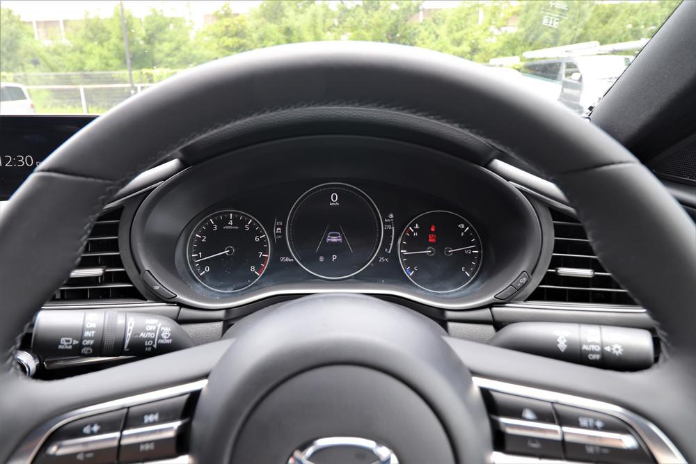運転支援機能の表示に切り替えたところ。スピードはデジタルで表示される