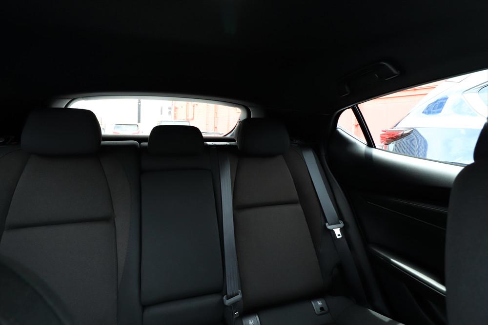 運転席からの後方視界。窓が小さく、死角が大きいことがわかる