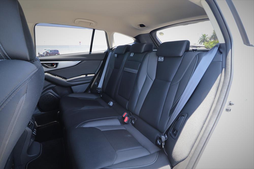 足元も頭上も空間に余裕があり、長距離のドライブも快適な後席