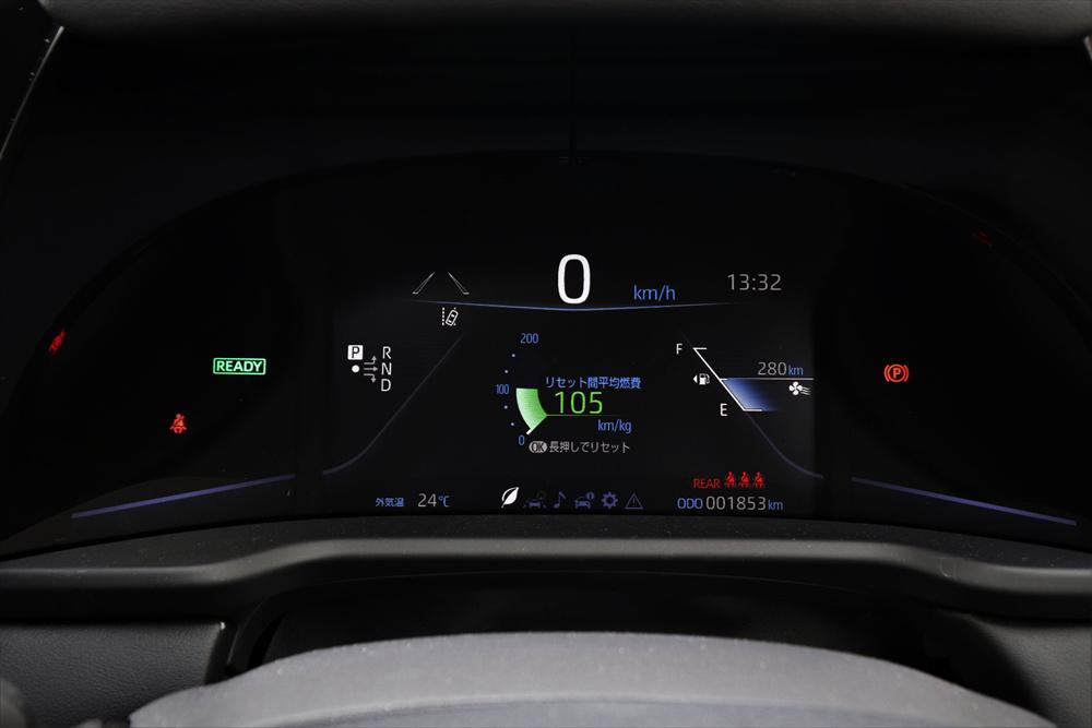 メーターはフルデジタル表示。ハンドル左手側のスイッチで表示を切り替えられる