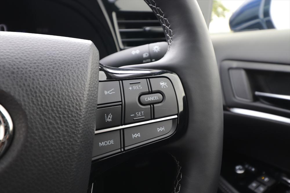 レーダークルーズコントロールはハンドル右手側のスイッチで操作する