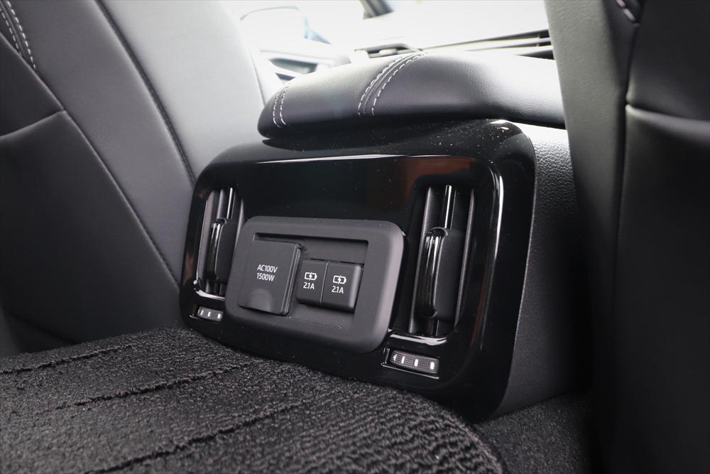電気で走るクルマらしく、後席と荷室には1500Wのコンセントがある